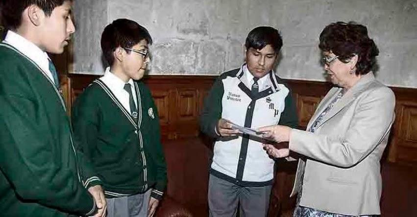 Escolares de Arequipa entregaron cartas anticorrupción a autoridades