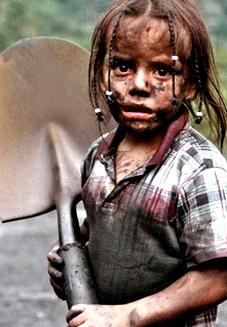 Foto de niña pequeña trabajando con cara de tristeza