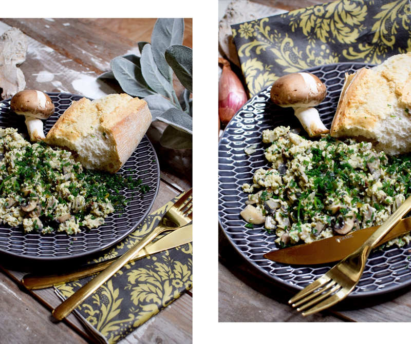 Schnelles Rührei aus der Pfanne mit Pilzen und Zwiebeln