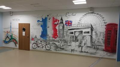 Mural w szkole, malowanie murali na szkolnym korytarzu, malowidło ścienne w szkole, artystyczne malowanie ścian w klasie.