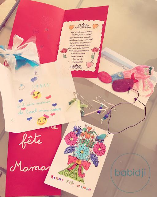 Bijoux, cartes et dessins offerts à la fête des mères