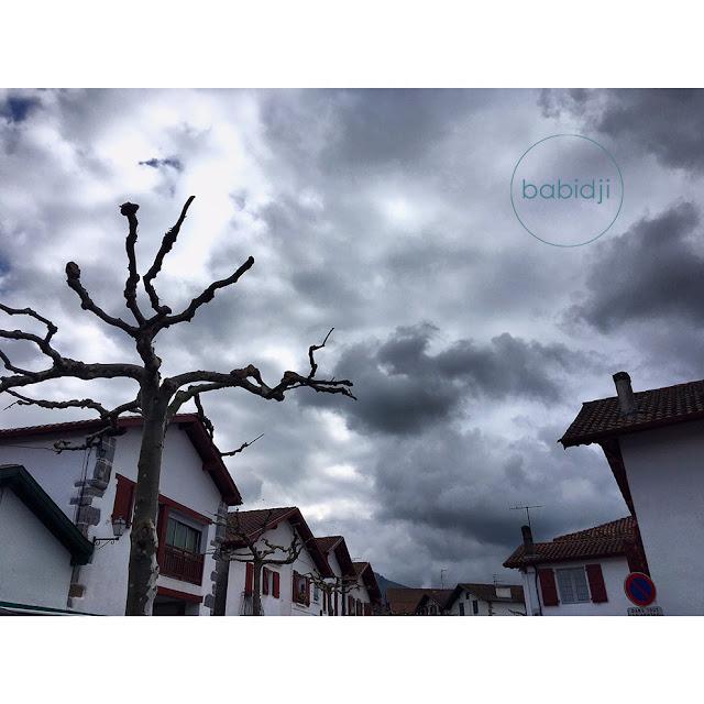 ciel noir au-dessus du village d'Espelette au Pays Basque