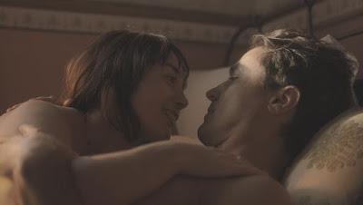 Clotilde (Simone Spoladore) e Almeida (Ricardo Pereira) têm sua primeira vez em 'Éramos Seis' — Foto: Globo
