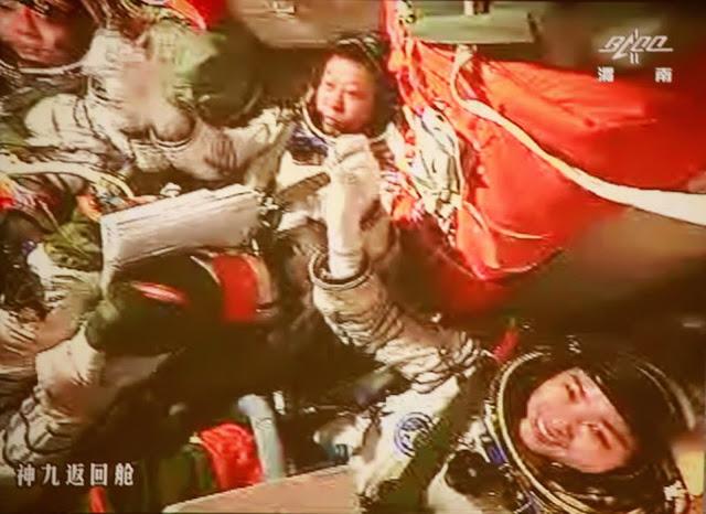 Ba phi hành gia của sứ mệnh Thầu Châu 9 đang ăn mừng sau khi cập bến thành công Trạm Không gian Thiên Cung 1 vào ngày 24 tháng 6 năm 2012. Ở giữa hình là Lưu Vượng, người thực hiện công việc kết nối; chỉ huy trưởng của sứ mệnh, Cảnh Hải Bằng đang ở bên trái; và ở bên phải là Lưu Dương, nữ phi hành gia đầu tiên của Trung Quốc. Hình ảnh: China Manned Space Engineering.