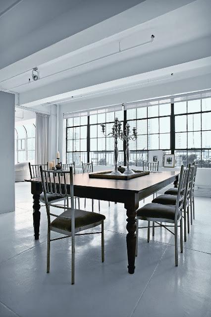 Béton blanc au sol, murs et plafonds blancs, rideaux en lin...un loft ...