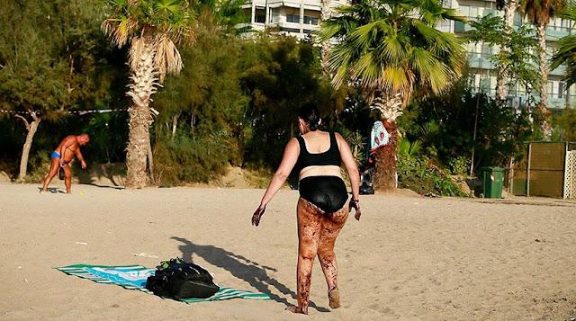 ΟΧΙ ΟΧΙ ΔΕΝ ΕΙΝΑΙ Η ΑΝΙΨΙΆ ΤΟΥ ΚΟΥΡΟΥΜΠΛΗ ! Η ανατριχιαστική εικόνα γυναίκας που βγαίνει από τη θάλασσα καλυμμένη με πίσσα!!!