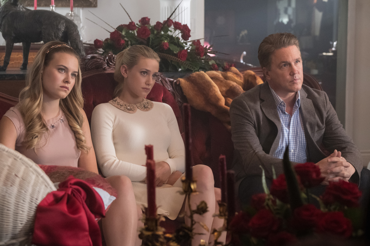 Lochlyn Munro, Tiera Skovbye, and Lili Reinhart en Riverdale de The CW