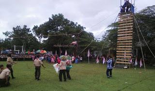 "Cilacap, Malukupost.com - Pembukaan perkemahan Wirakarya Cabang V Tahun 2016 bertempat di lapangan Desa Karangmangu, Kecamatan Kroya, Cilacap, Rabu (09/11) diawali dengan atraksi simulasi Pertolongan pada korban kebakaran di Gedung bertingkat oleh Sakawira Kartika Koramil 03/Kroya. Babinsa Desa Karangmangu Sersan Mayor (Serma) Agus Supriyadi mengatakan, atraksi simulasi tersebut merupakan bentuk atraksi kepahlawanan yang harus dilakukan oleh seorang anggota Pramuka pada saat terjadi musibah, yang dibutuhkan oleh warga masyarakat. ""Simulasi pertolongan pada korban kebakaran ini dilakukan oleh satu tim Sakawira Kartika Koramil 03/Kroya ini, mulai korban meminta pertolongan dengan ditandai oleh asap yang membubung tinggi,"" ujarnya."