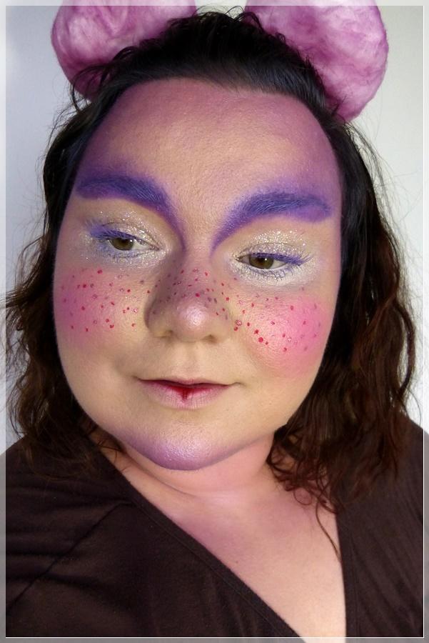 niedliches Make-up rosa lila mit Sommersprossen