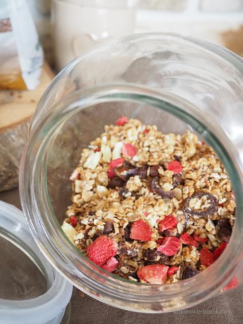 granola z lnem i truskawkami