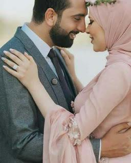 صورة رومانسية لعروسين عربيين يتقسمان الحب بينهما