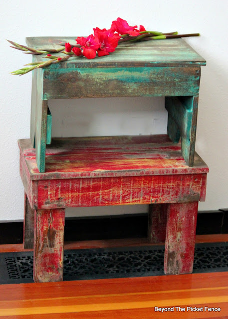 pallet wood, stool, DIY, build it, weathered paint, stain, http://bec4-beyondthepicketfence.blogspot.com/2016/05/1-pallet2-stools.html
