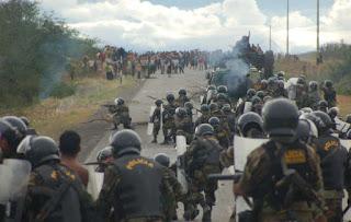 La policía ataca a los manifestantes durante los sucesos de Bagua