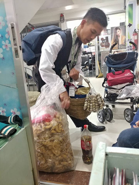 Inspiring College Student Sells Chicharon And Balut To Support His Studies.