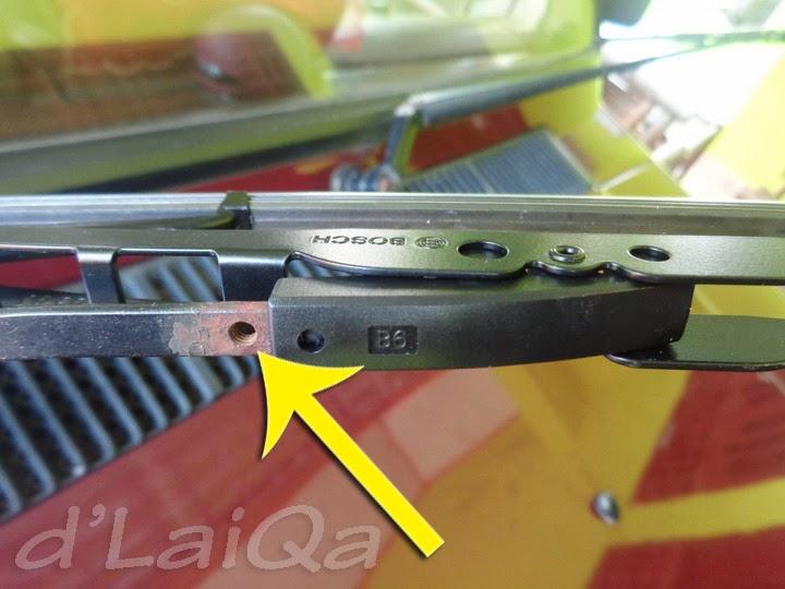 8a. pasang sekrup pada lubang yang tersedia pada wiper arm