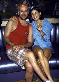 Foto de Demi Moore sentada junto a su ex esposo Bruce Willis