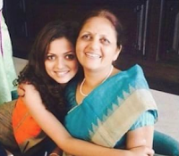 Foto Drashti Dhami dengan Ibunya