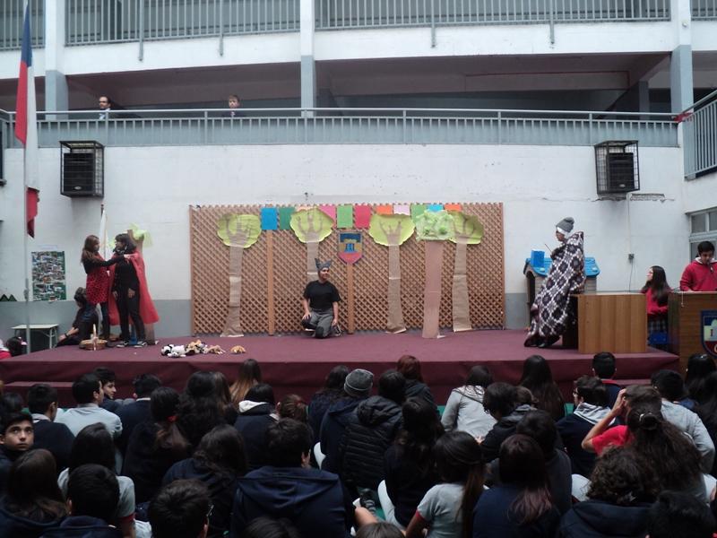 Alumnos representando un cuento infantil.