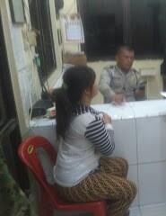 Korban penganiayaan dan pencabulan saat membuat laporan ke kantor polisi.