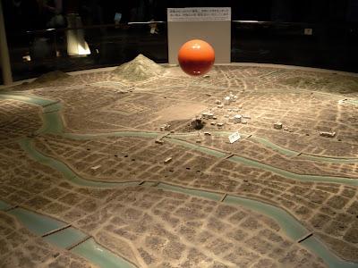 A bomba explodiu à 600 metros de altura. A bola laranja representa a bomba