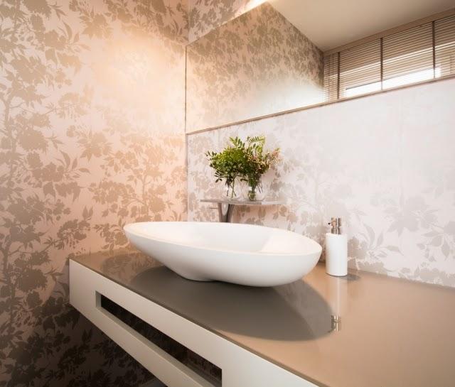Baño con papel tapiz