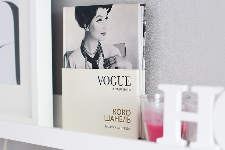 stylish_workspace_margarita_maslova_design_minimalism_white_posters_interior_girl