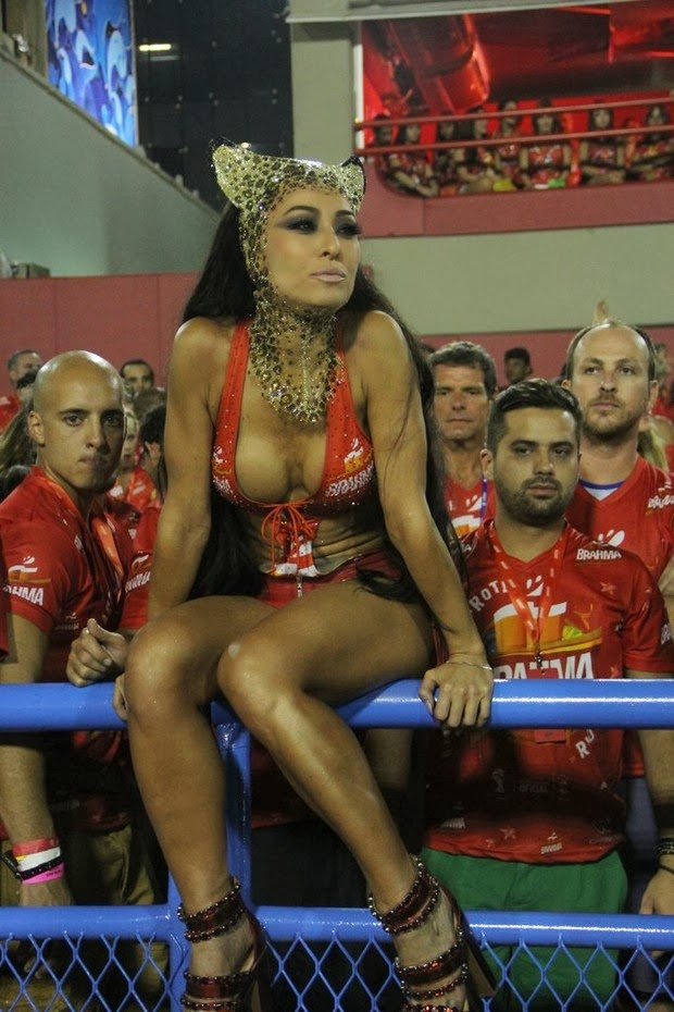 cf264a2fb3a0f Mesmo já tendo cruzado a Marquês de Sapucaí como rainha de bateria da Vila  Isabel, nesta segunda, 3, Sabrina Sato não quis saber de ficar parada no  camarote ...