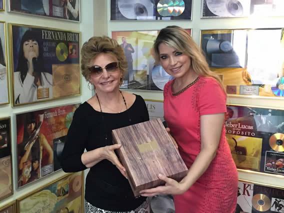 Elaine de Jesus presenteia amigos com Nítido