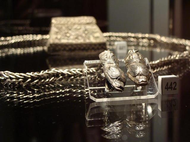 Skarby wieków średnich - skarb z Borucina - kaptorga oraz łańcuch