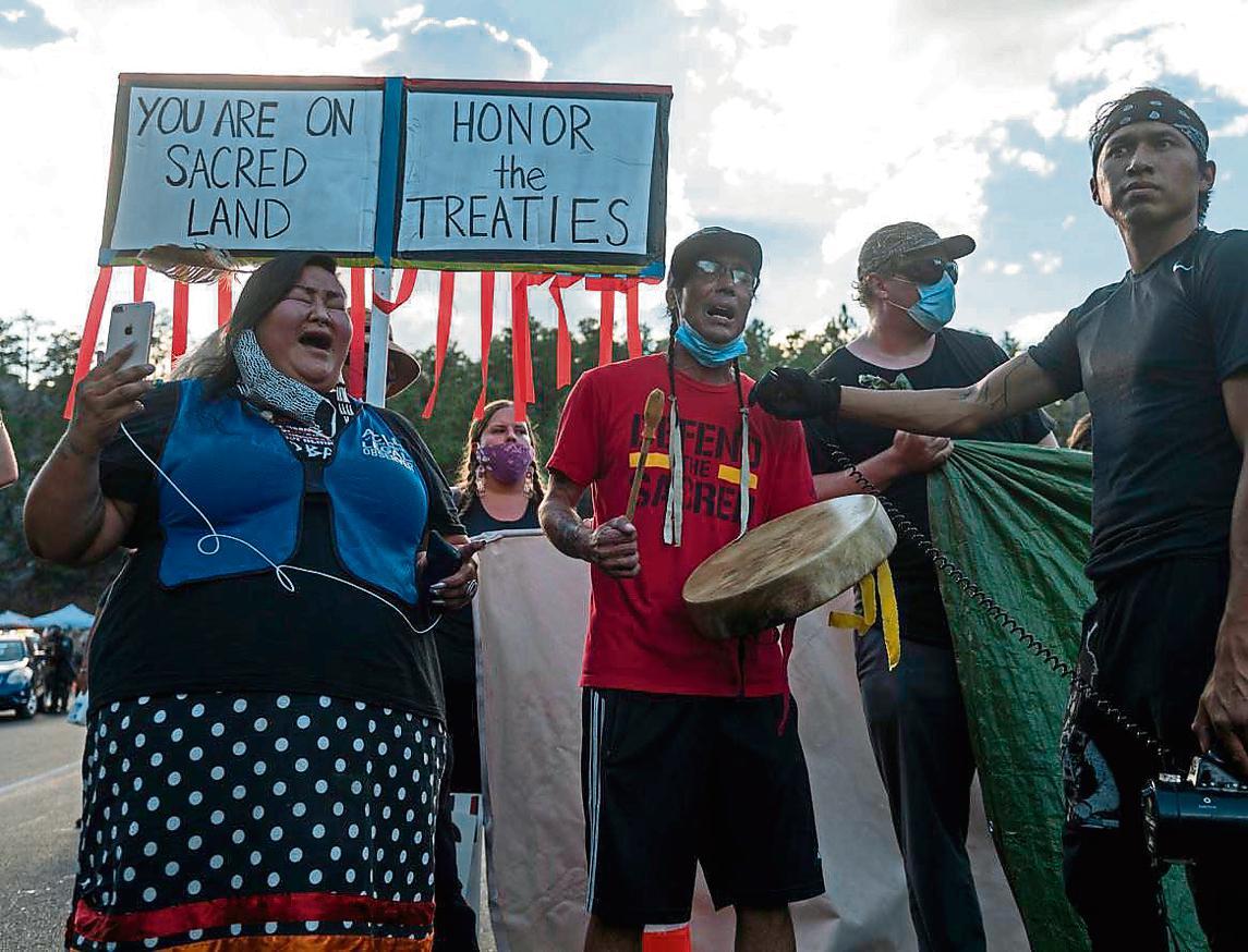 Nativos protestan por la visita de Trump a su tierra sagrada