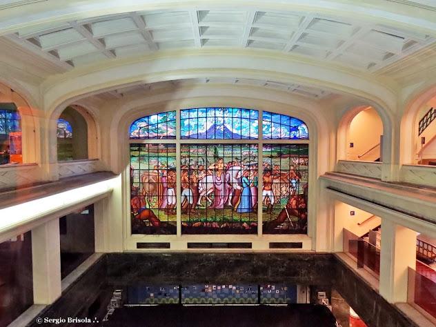 Vista ampla do salão principal da Caixa Cultural e do Vitral de Henrique Zucca - Sé - São Paulo