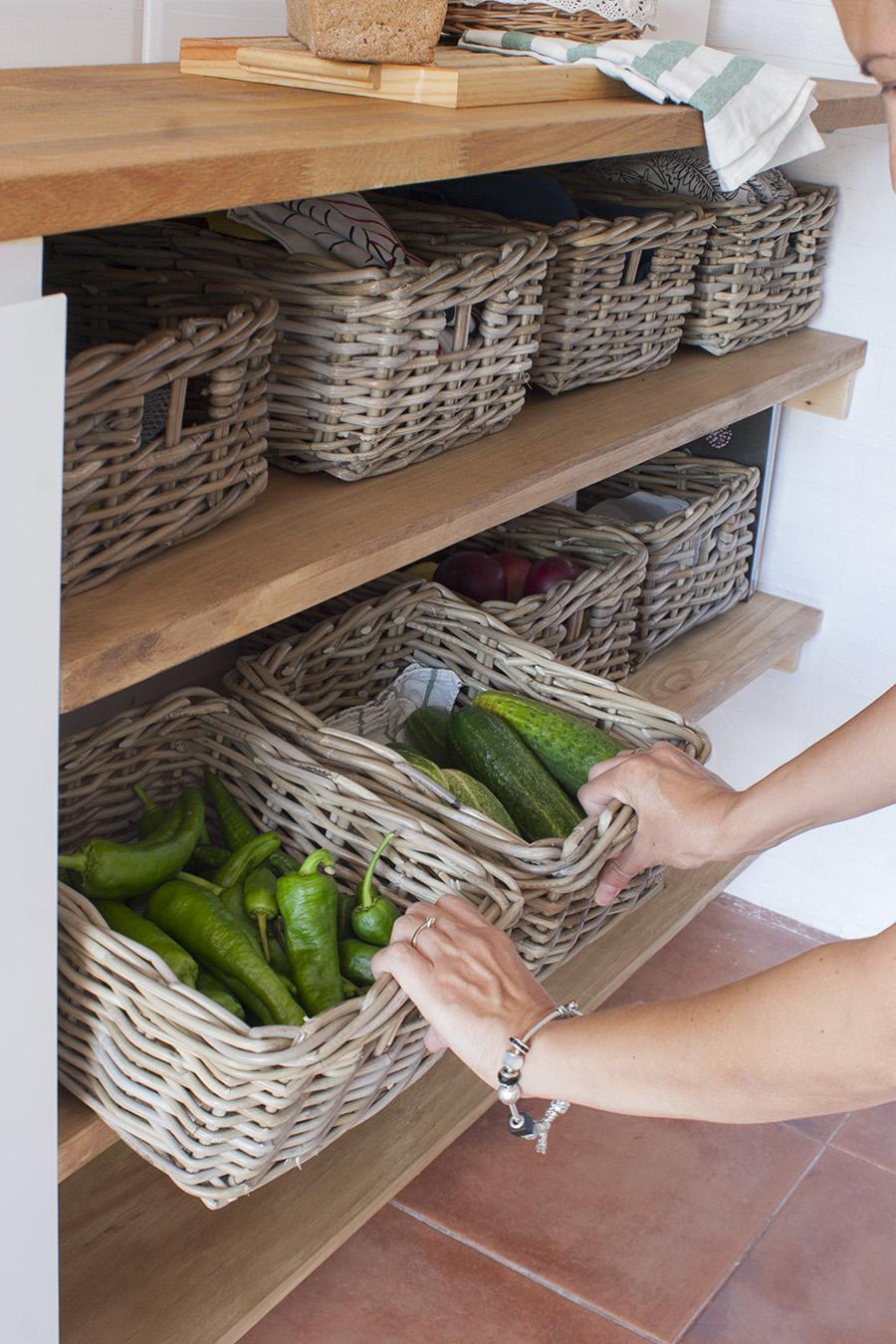 Diy baldas de madera con cestas de mimbre para nuestra cocina decorar en familia def deco - Baldas de madera ...