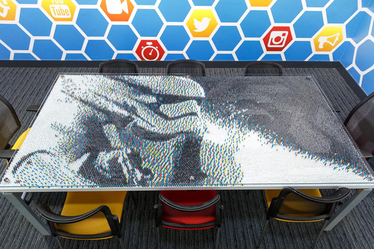 Lo stormtrooper fatto di 30.000 puntine da disegno