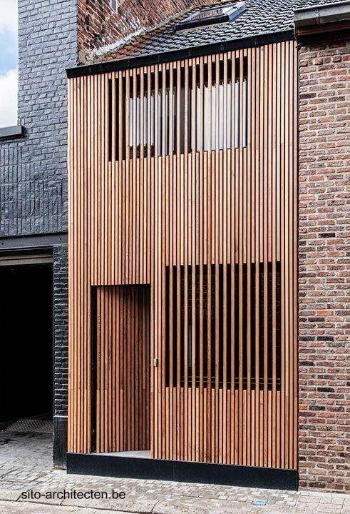 Frente moderno de madera en casa urbana entre medianeras en Bélgica