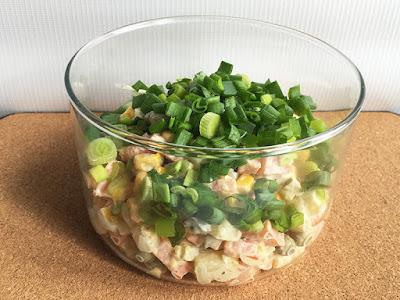 Sałatka z warzyw posypana szczypiorkiem