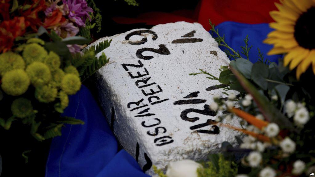 Un ladrillo fue puesto en algún cementerio de Caracas junto a la tumba del piloto asesinado / AP