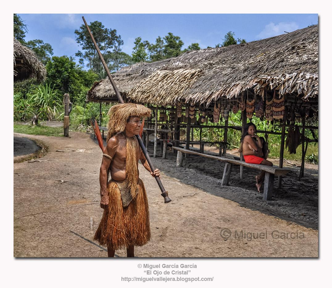 Poblado de Los Yaguas. Jefe del Poblado con su cerbatana.