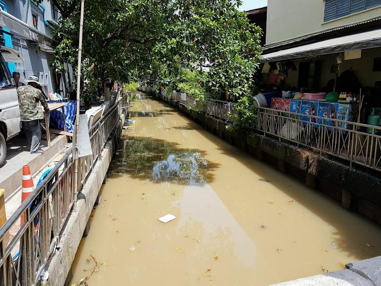 曼谷的水道顏色似乎都不是很乾淨,但有降溫的效果