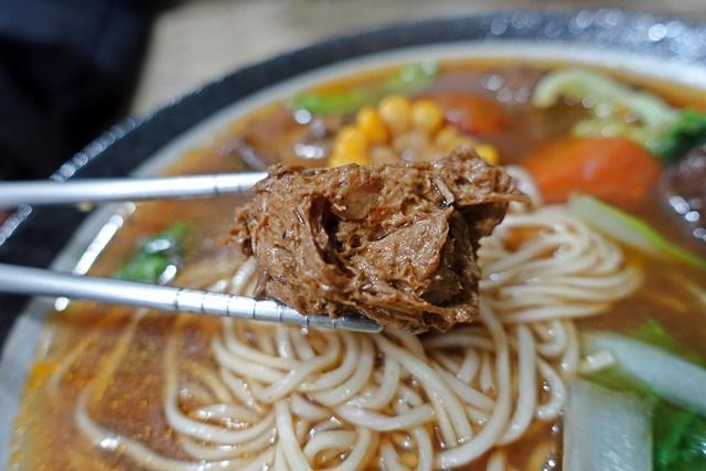 一雙筷子紅燒麵