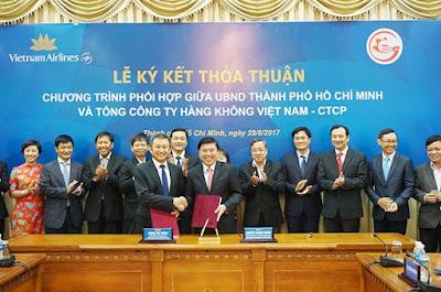 Ông Dương Trí Thành (trái), Tổng giám đốc Vietnam Airlines và ông Nguyễn Thành Phong, Chủ tịch UBND TPHCM cầm biên bản thỏa thuận hợp tác