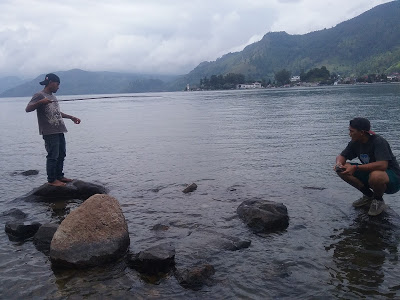 Wisatawan memancing di Danau Toba