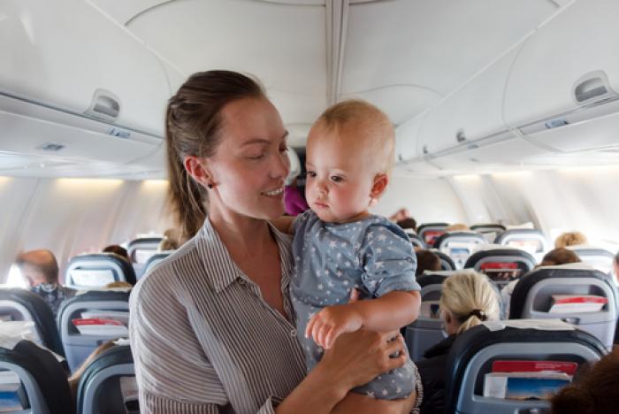 Mách mẹ một số kinh nghiệm khi đi máy bay cùng con