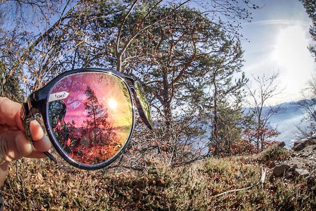 Sonne spiegelt sich in Sonnenbrille