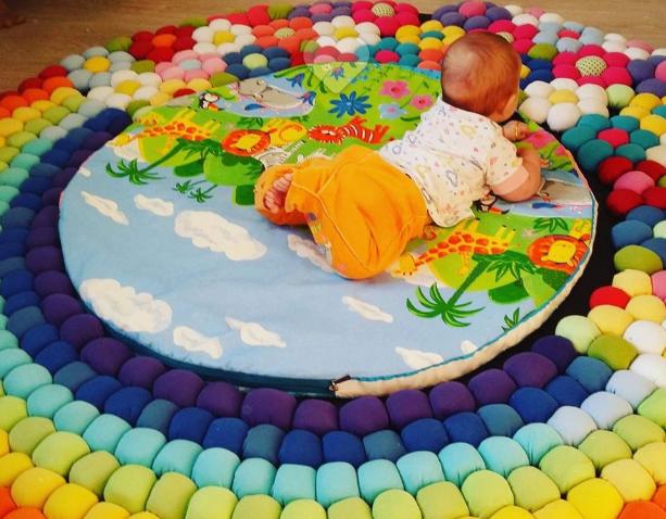Aprende c mo hacer una alfombra para ni os reciclando ropa - Alfombras infantiles grandes ...