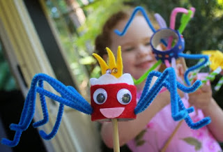 http://translate.googleusercontent.com/translate_c?depth=1&hl=es&rurl=translate.google.es&sl=en&tl=es&u=http://www.thecrafttrain.com/1/post/2013/04/make-spider-stick-puppets-from-toilet-rolls-and-felt.html&usg=ALkJrhh054ae-jwEmV_5ggapvVW_8tLgrQ