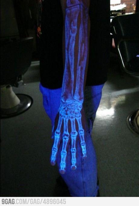 tatuaje que brilla en la oscuridad