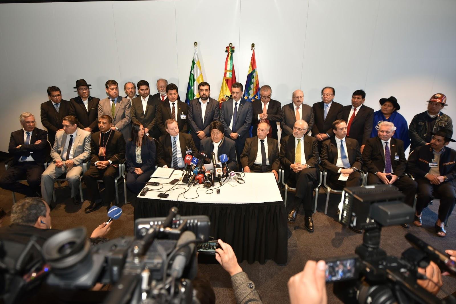 Toda la comitiva boliviana en conferencia de prensa luego de las jornadas de alegatos orales / ABI