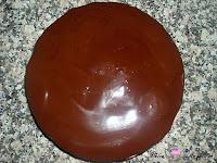 Cubriendo la tarta de chocolate