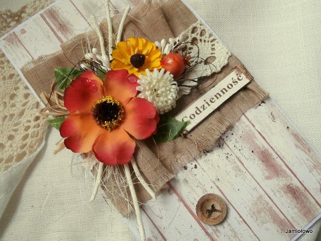 jesienne kwiaty na rustykalnej kartce