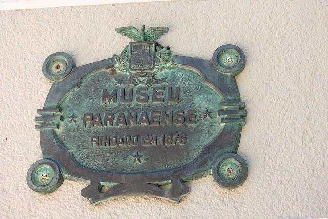Uma placa de José Peón para o Museu Paranense